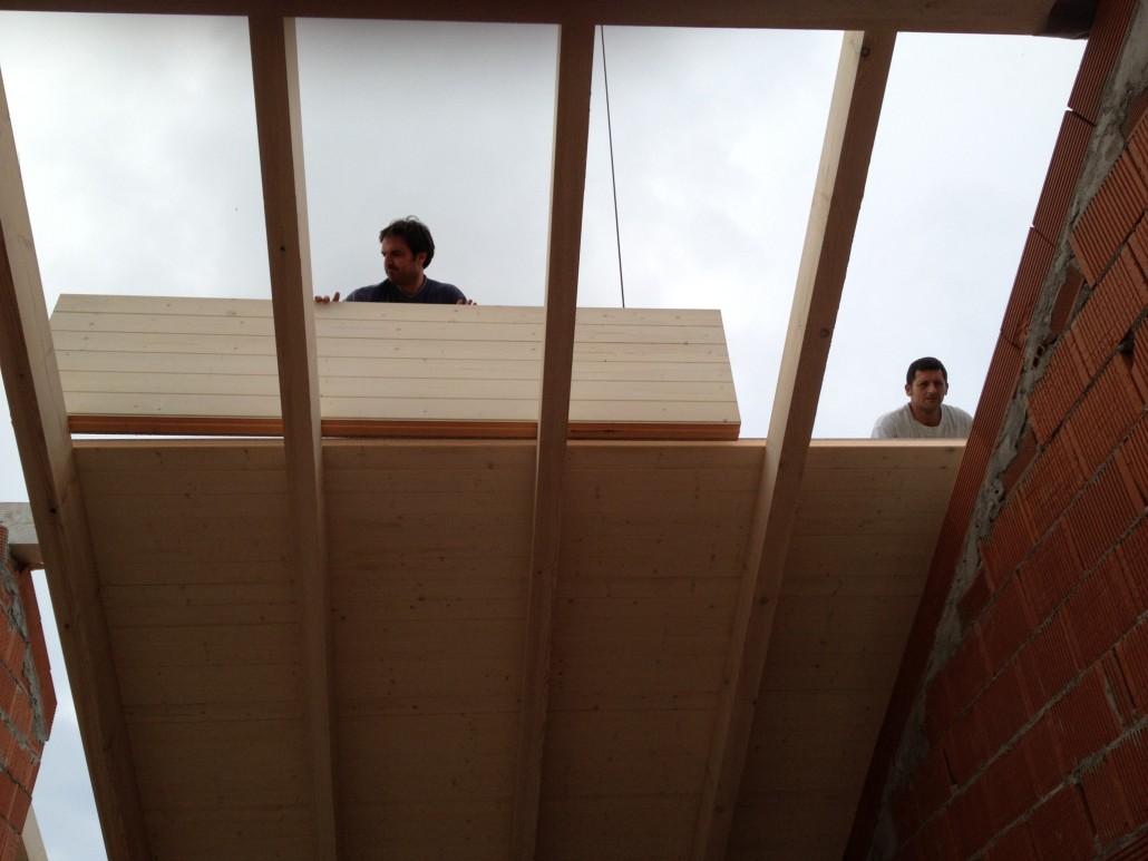 Colocaci n montaje e instalaci n de panel sandwich video for Montaje tejados de madera
